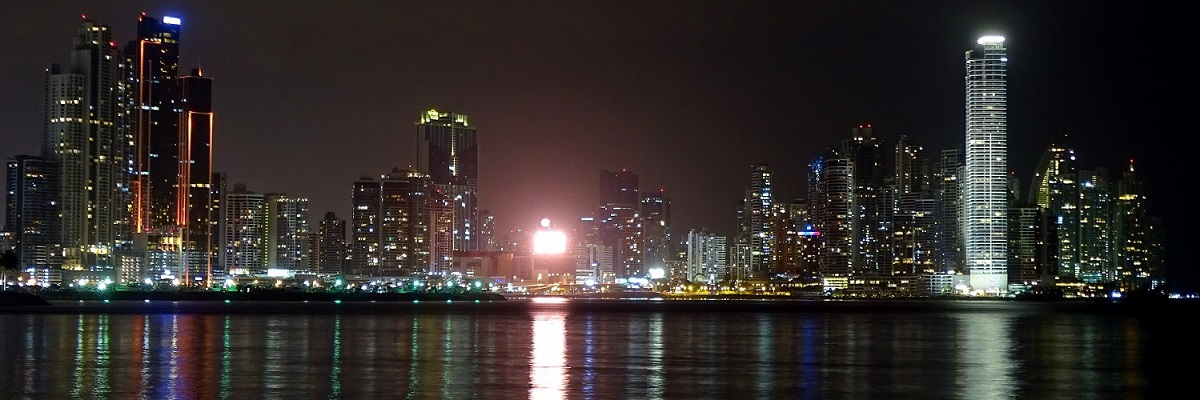 PANAMA A Panama-csatorna két oldala